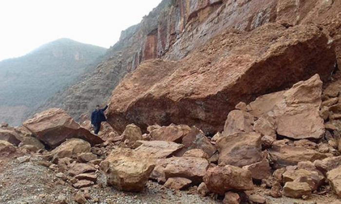 Faciadan dönüldü: TIR büyüklüğünde kayalar düştü